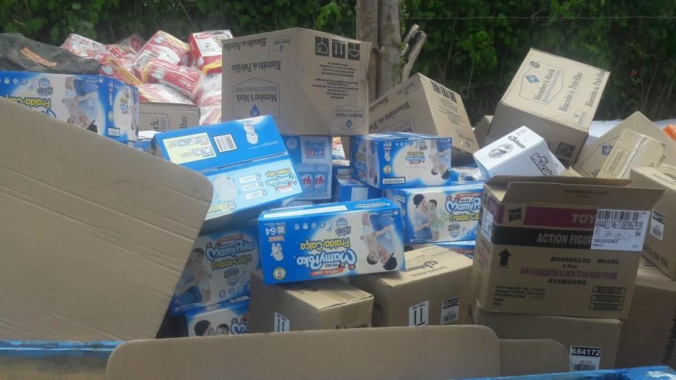 Material roubado em caminhão tomado por banbdidos na Paraíba foi localizado no bairo da Guabiraba, na Zona Norte do  — Foto: Polícia Militar/Divulgação