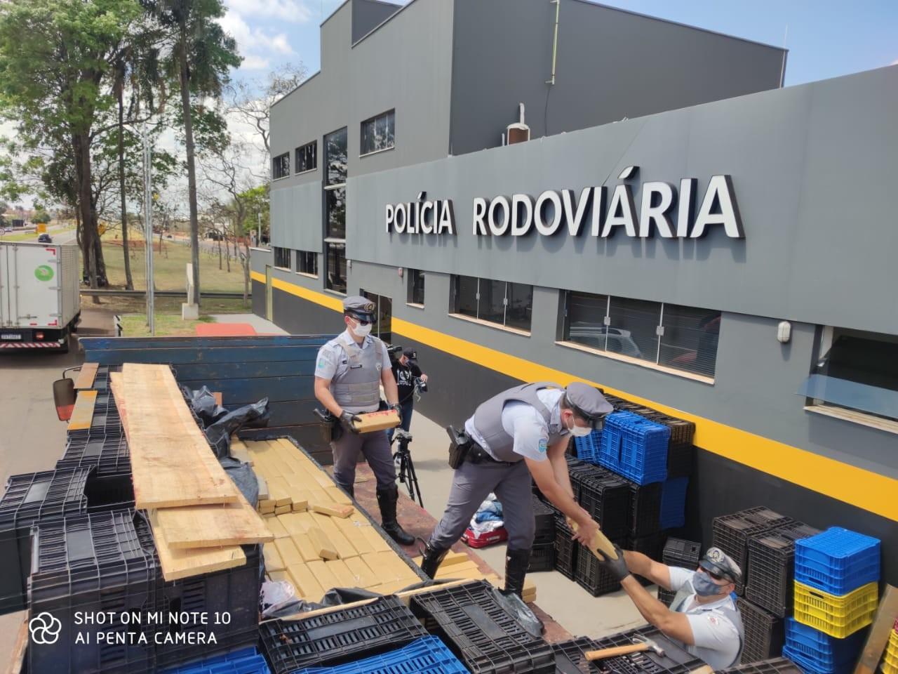 PF e Polícia Rodoviária apreendem caminhão com grande quantidade de maconha em Jaú