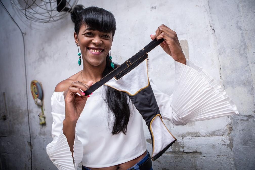 Silvana da Silva mostra calcinha que criou para transexuais   — Foto: Fábio Tito/G1