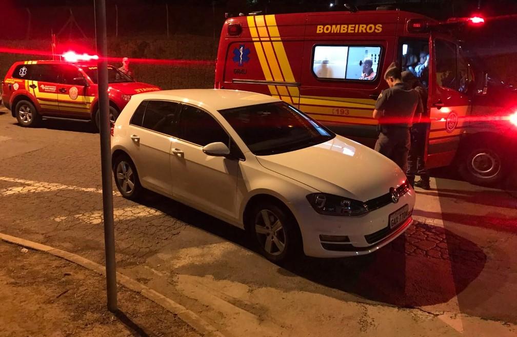 Carro que teria sido utilizado pelo suspeito de matar a namorada para fugir do local do crime, em Campinas (SP) — Foto: Daniel Mafra/EPTV