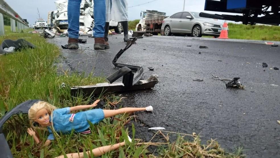 Destroços e pertences dos ocupantes ficaram espalhados na pista da SP-333: menina de 8 anos e mulher de 25 perderam suas mães e estão internadas em estado grave — Foto: Carlos Rodrigues/Marília Notícia