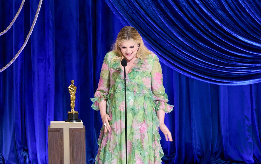 """Emerald Fennel recebe o Oscar de roteiro original por """"Bela Vingança"""" — Foto: Reuters"""