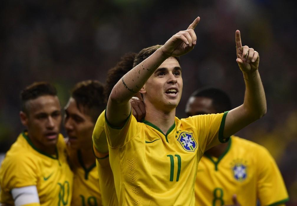 Oscar comemora gol na vitória do Brasil sobre a Brasil em 2015 (Foto: AFP)