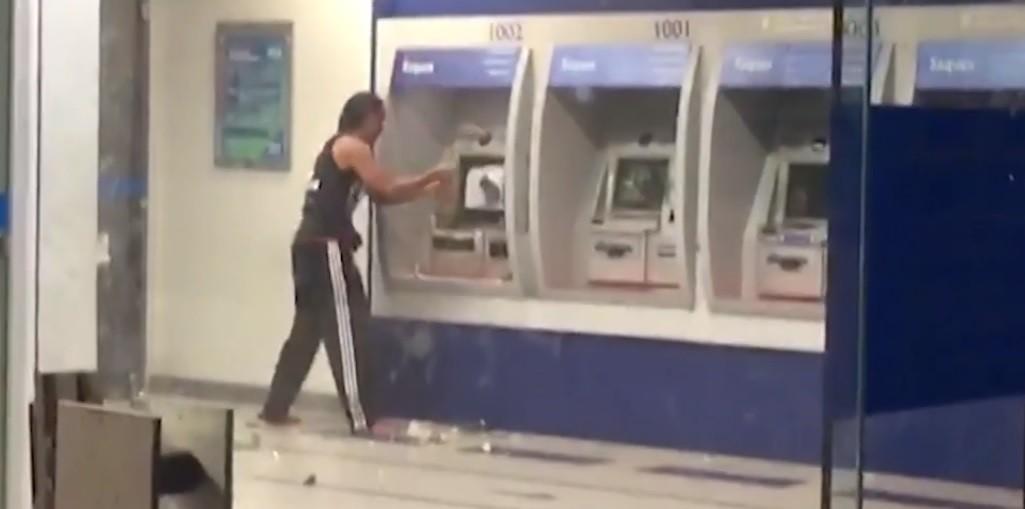 Homem destrói caixas eletrônicos em agência bancária no bairro da Ribeira, em Salvador; VÍDEO