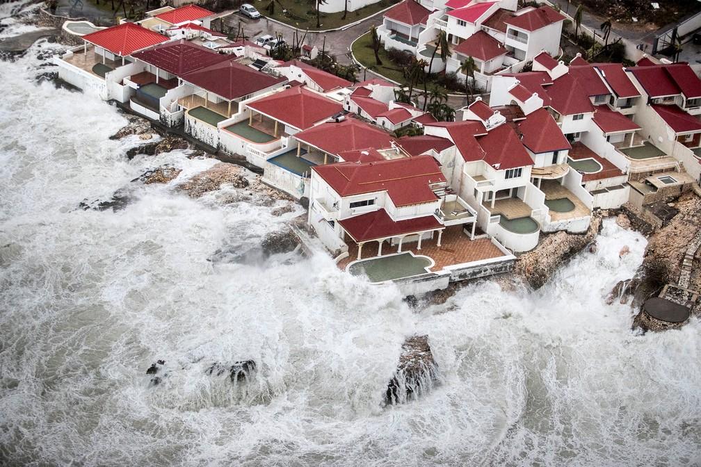 Águas avançam sobre as casas na Ilha de Saint Martin, no Caribe, após passagem do furacão Irma (Foto: Netherlands Ministry of Defence/Handout via REUTERS)