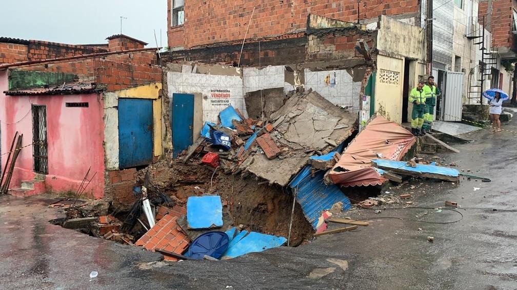 Cratera abriu no meio da rua e 'engoliu' duplex em Fortaleza — Foto: João Pedro Ribeiro
