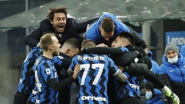 Técnico e jogadores da Inter de Milão comemoram gol sobre a Lazio