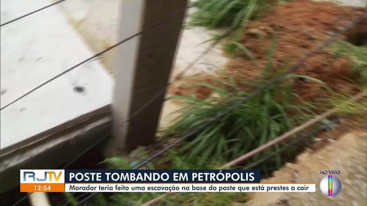 Poste tomba após morador fazer escavação irregular na base da estrutura em Petrópolis