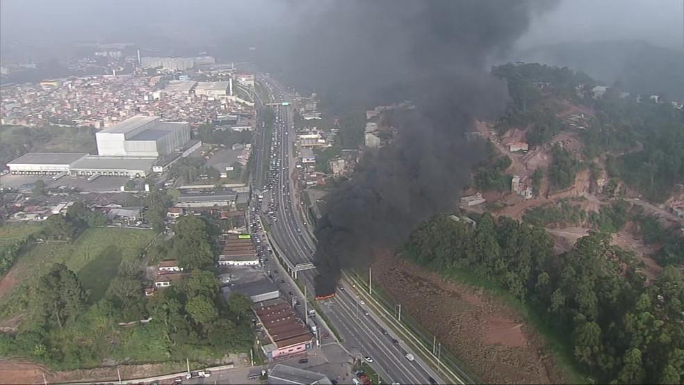 Fumaça tomou conta da rodovia após manifestantes incendiarem pneus em protesto pela retomada do auxílio emergencial  — Foto: Reprodução/TV Globo