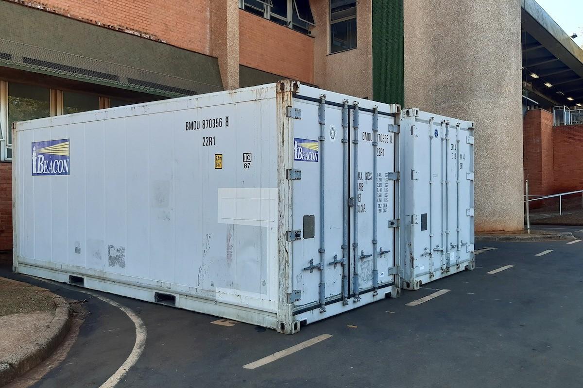 Coronavírus: HC da Unicamp instala contêineres refrigerados para armazenar corpos