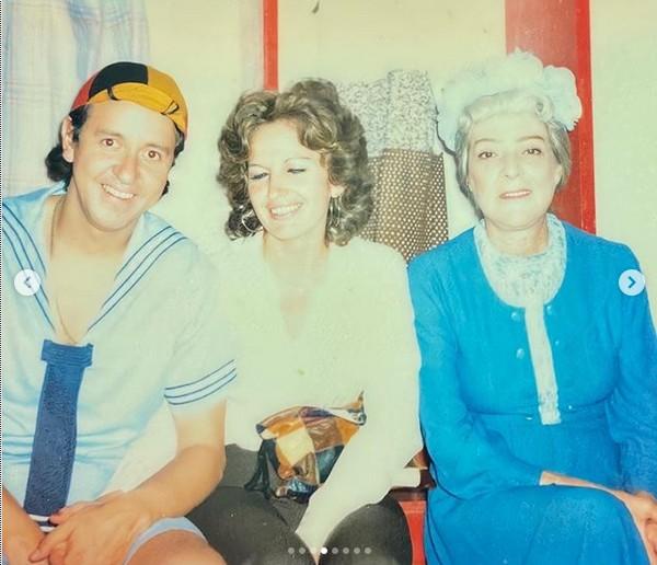 Gache Rivera com o marido, Carlos Villagrán (Quico), e Angelines Fernández (Dona Clotilde) nos bastidores de um espetáculo do elenco de Chaves na Venezuela no fim dos anos 70 (Foto: Instagram)