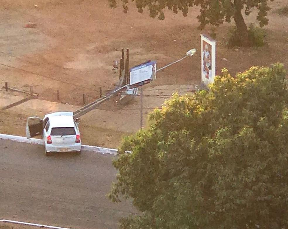Batida de carro provocou a queda de seis postes (Foto: Divulgação)