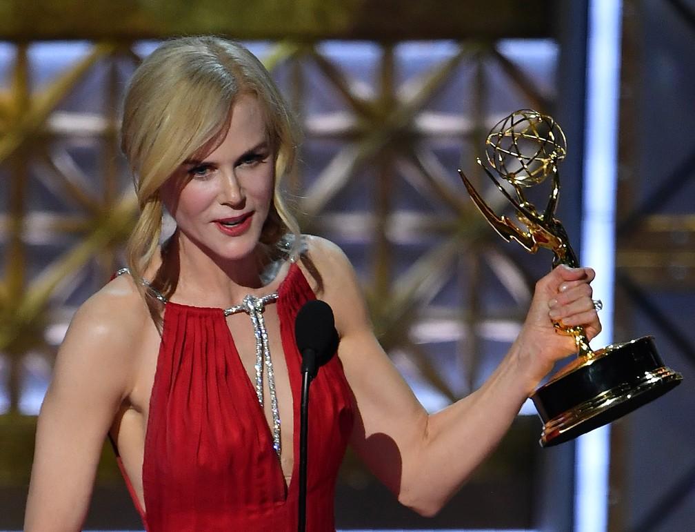 Nicole Kidman recebe o Emmy de melhor atriz em série limitada por 'Big Little Lies' (Foto: Frederic J. Brown/AFP)