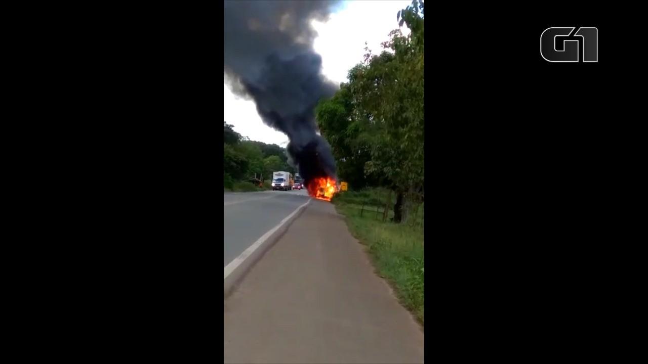 Ambulância pega fogo na BR-135 no Maranhão; VÍDEO