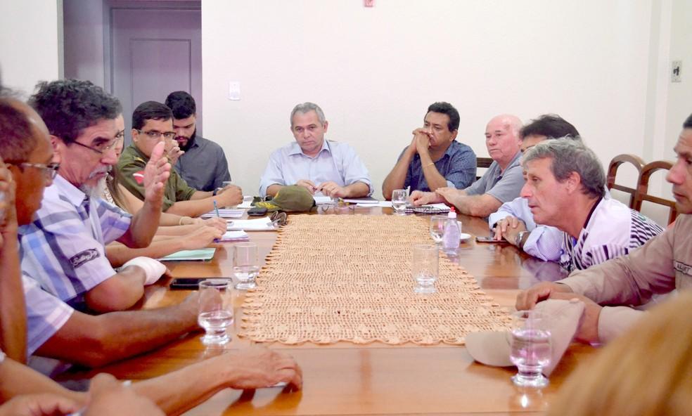 Reunião convocada pela prefeitura de Santarém discutiu providencias urgentes para a vila balnearia Alter do Chão (Foto: Fábio Cadete/G1)