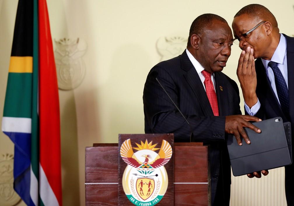 O presidente da África do Sul, Cyril Ramaphosa, à esquerda, durante o anúncio de seu ministério — Foto: Siphiwe Sibeko/Reuters