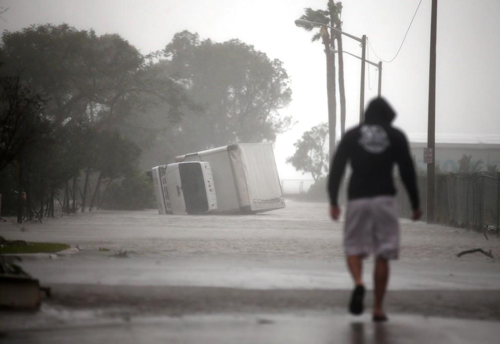 Um caminhão virado é visto enquanto o furacão Irma passa ao sul da Flórida, em Miami (Foto: Carlos Barria/Reuters)