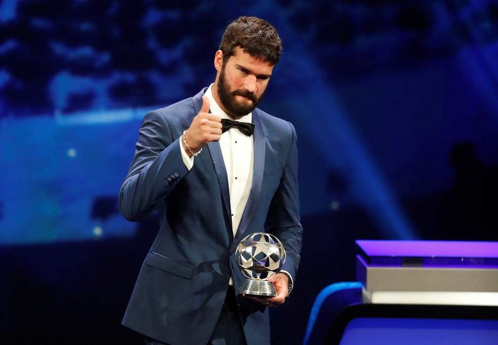 Alisson venceu o prêmio de melhor goleiro da Europa, agora quer o da Fifa — Foto: REUTERS/Eric Gaillard