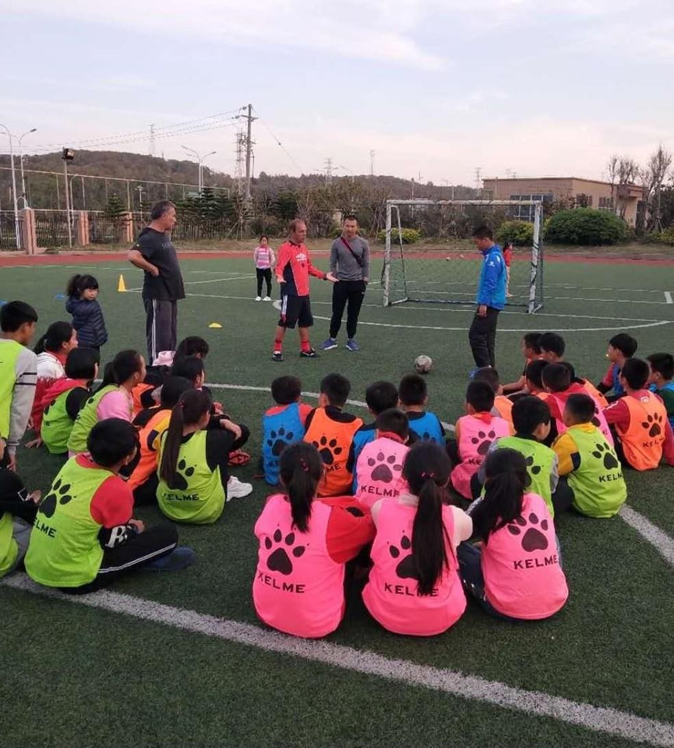Durante treino em escola onde Cesaretti é o técnico no China (Foto: Cesaretti/arquivo pessoal )