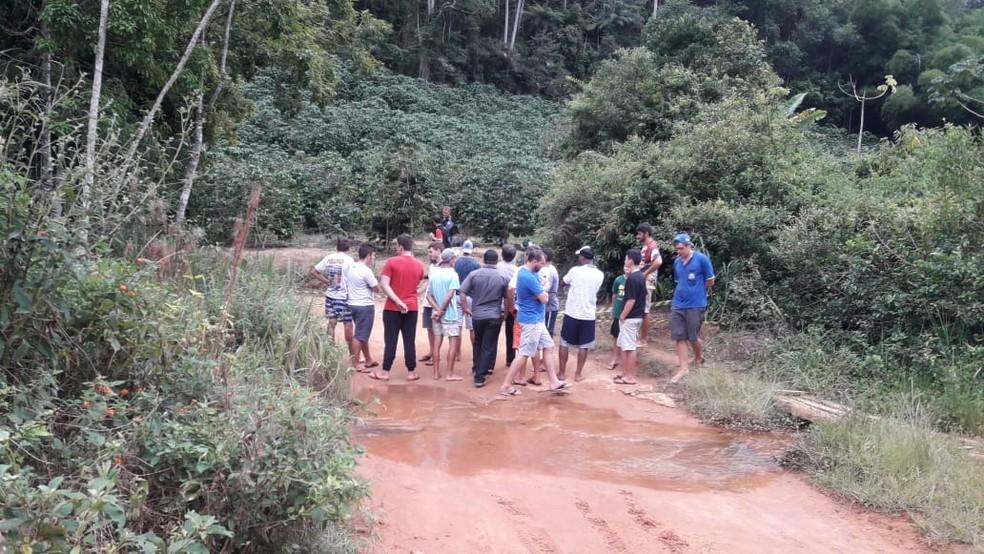Moradores da região estiveram no local para acompanhar o trabalho da PM — Foto: Reprodução/TV Gazeta