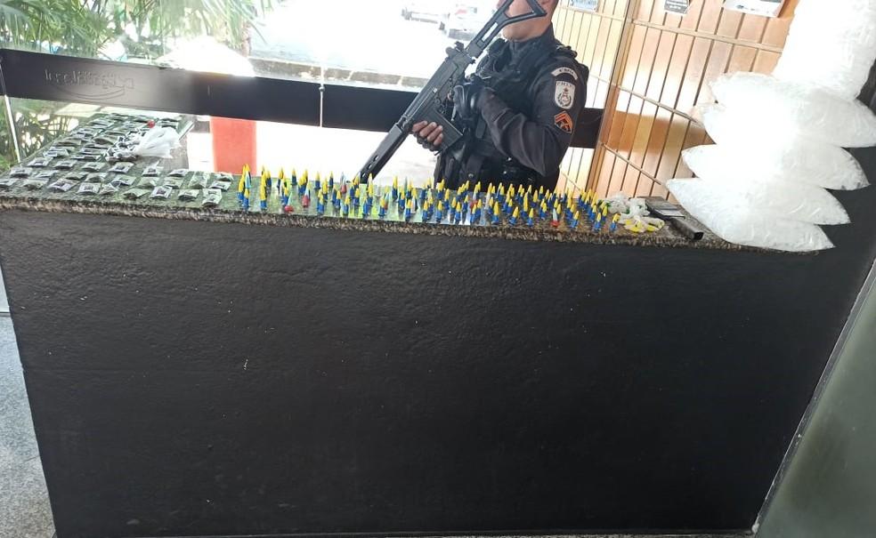 Drogas e material para embalar drogas são apreendidos em Campos, no RJ — Foto: Divulgação/PM