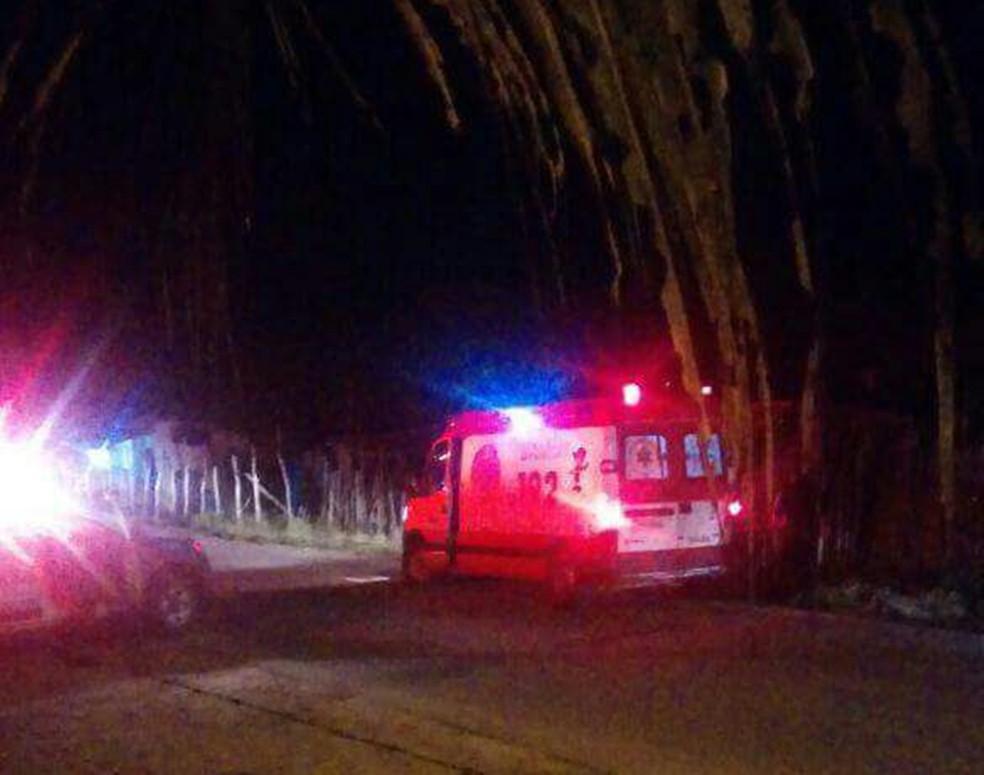 Em Macaíba, ambulâncias do Samu socorreram duas pessoas baleadas; uma terceira, morreu no local (Foto: Divulgação/PM)