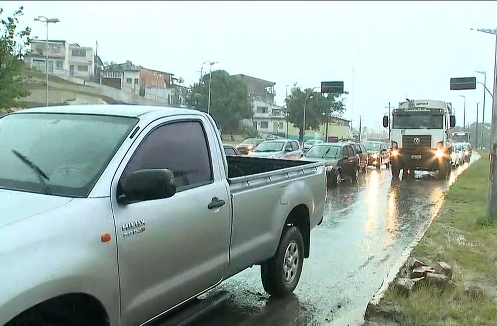 -  Por conta da chuva, motoristas enfrentam congestionamentos na Avenida Vitorino Freire em São Luís.  Foto: Reprodução/TV Mirante