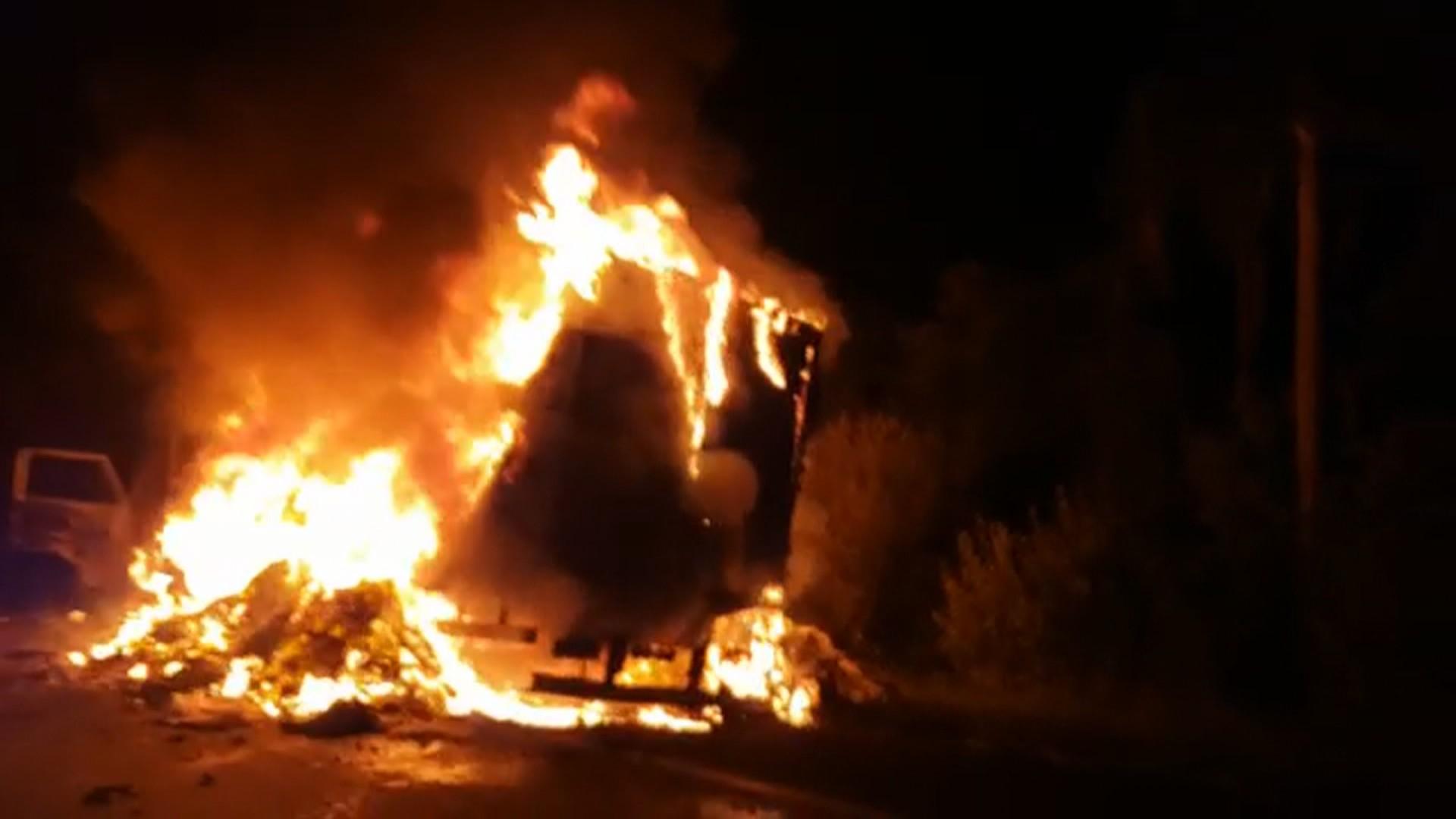 Caminhão com cestas básicas pega fogo na RSC-287, em Venâncio Aires
