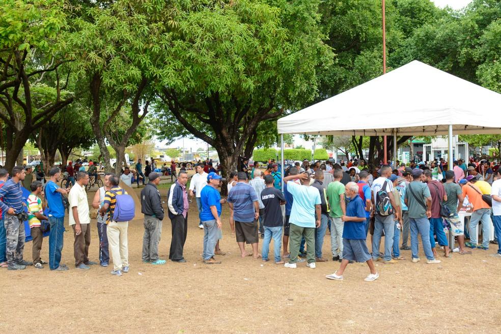 Venezuelanos que vivem na praça Simón Bolívar, em Boa Vista, fazem fila para se vacinar contra o sarampo (Foto: Semuc/Divulgação)