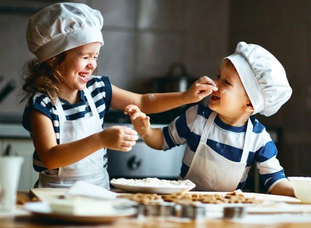 Levar as crianças à cozinha pode ser uma tarefa muito divertida e valiosa (Foto: Deposit Photos/ Reprodução)