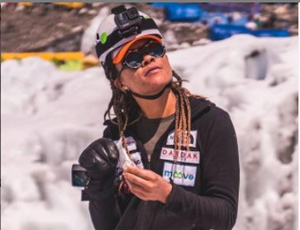 Aretha Duarte, em post em seu Instagram no dia 16/05, à espera de condições climáticas ideais para continuar a subir — Foto: Instagram