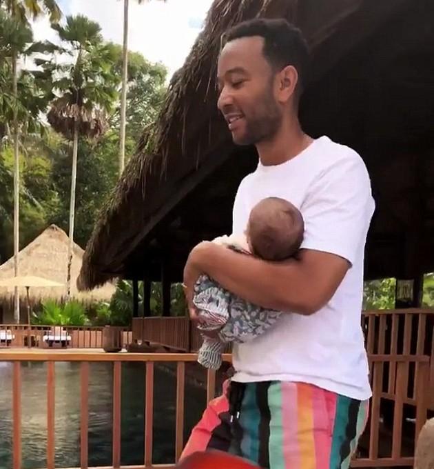 O músico John Legend com seu bebê de dois meses durante suas férias  (Foto: Instagram)