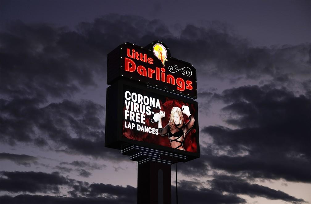 13 de março - Outdoor de um clube de striptease anuncia danças individuais 'livres de coronavírus' em Las Vegas, nos EUA — Foto: John Locher/AP