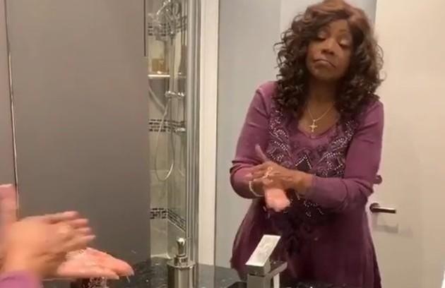 Já Gloria Gaynor apareceu lavando as mãos enquanto cantava sua clássica música 'I will survive' (Eu vou sobreviver, em tradução livre) e pediu que seus fãs também fizessem vídeos (Foto: Reprodução)