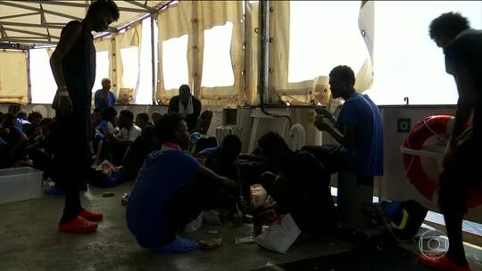 Navio com refugiados chega a Malta