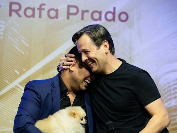 Rafa Prado, Celso Zucatelli e o cachorro Paçoca (Foto: Deividi Correa/ Divulgação)