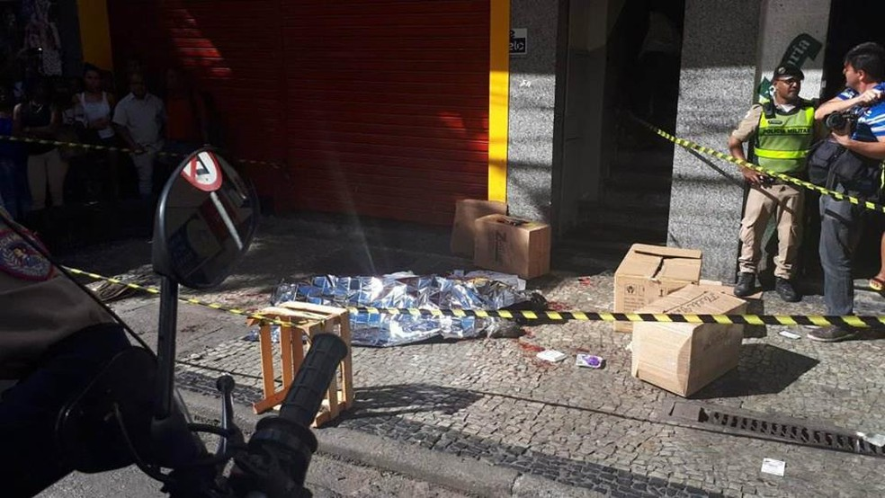 Homicídio ocorreu na tarde desta sexta-feira (16), no Centro de Juiz de Fora (Foto: Letícia Damasceno/G1)