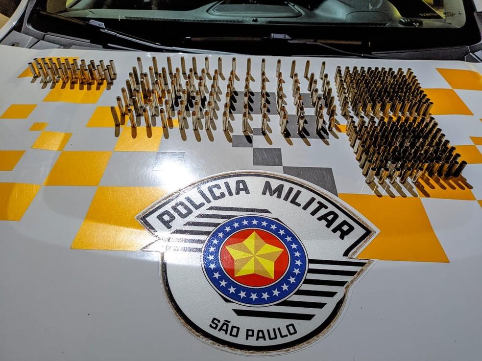 Munições intactas e deflagradas foram apreendidas durante fiscalização policial — Foto: Polícia Rodoviária