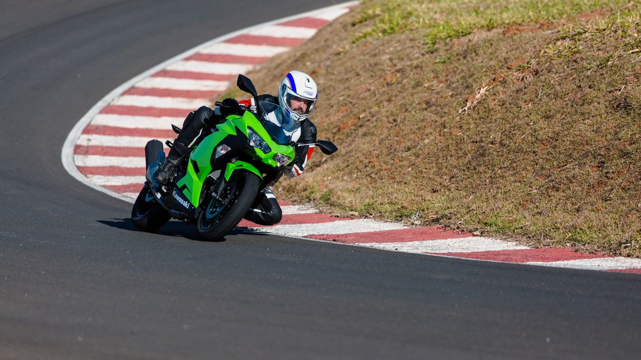 Kawasaki Ninja 400 substitui a Ninja 300; assista