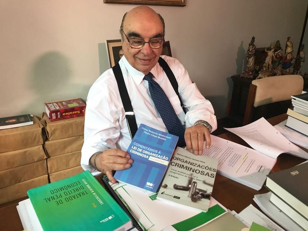 O deputado Bonifácio de Andrada, relator da denúncia contra Temer, mostra livros que está utilizando para elaborar parecer (Foto: Laio Seixas/G1)