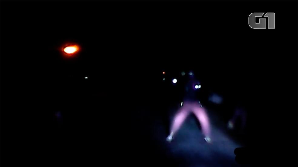 Homens invadiram BR a pé para tentar fazer assalto na Grande Natal — Foto: Reprodução/Inter TV Cabugi