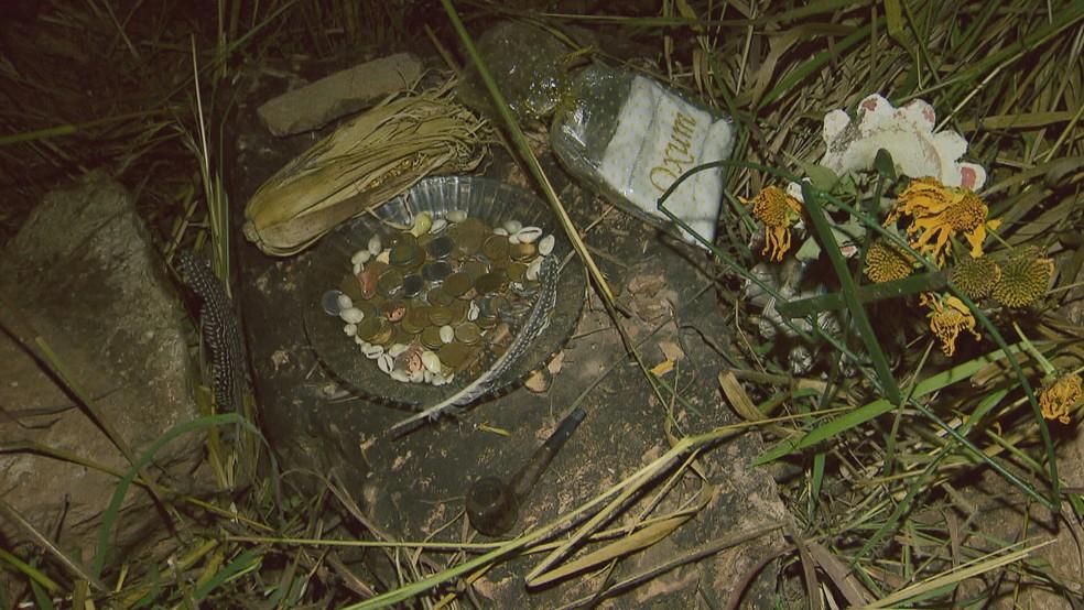 Oferendas da Casa do Caboclo, no Lago Norte, em meio à escombros de derrubada — Foto: TV Globo/Reprodução