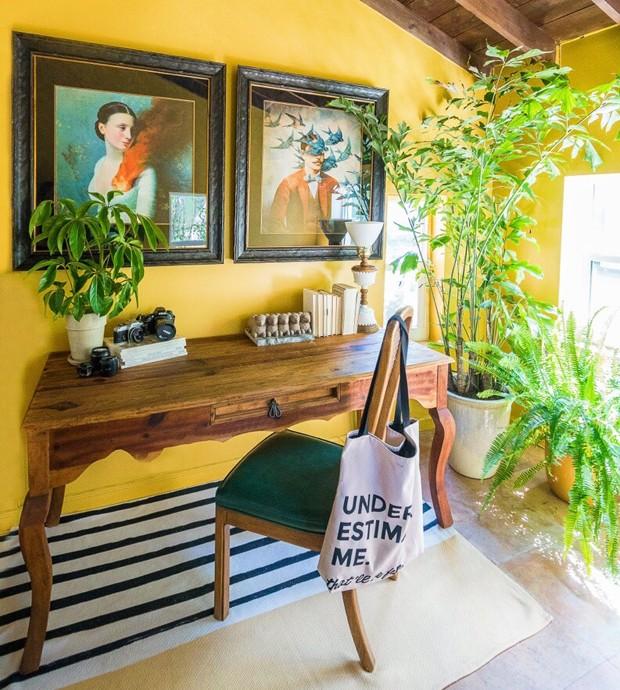 Décor do dia: home office com madeira, quadros e paredes coloridas