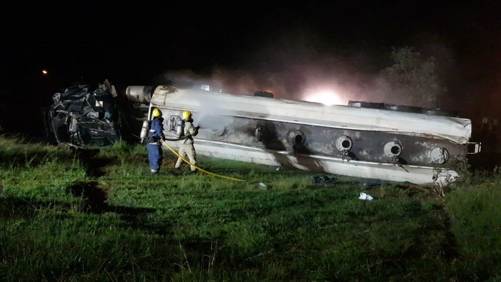 Bombeiros fazem resfriamento de carreta que tombou na BR-020 — Foto: CBMDF/Divulgação