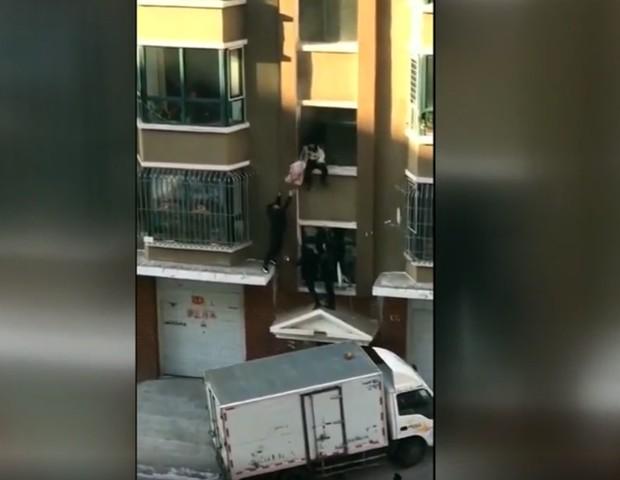 Leiteiro pega bebê que é jogado da janela durante incêndio (Foto: Reprodução/ABC13)