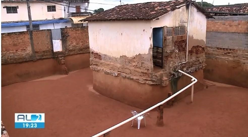 Casa em que irmãs moravam em Maceió ficou sem barro ao redor depois de anos de escavação — Foto: Reprodução/TV Gazeta