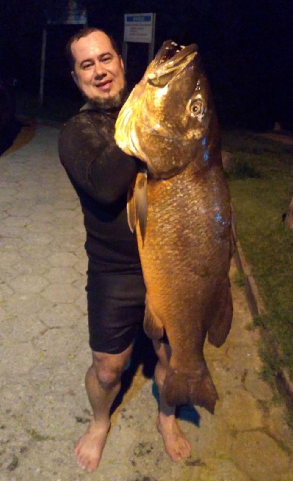 Pescador Josias Weber com peixe caranha de 22 quilos (Foto: Josias Weber/Arquivo pessoal)