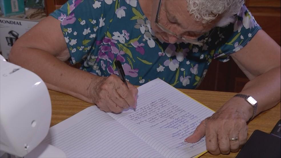 O sonho da idosa é escrever o próprio livro — Foto: Reprodução/TV TEM