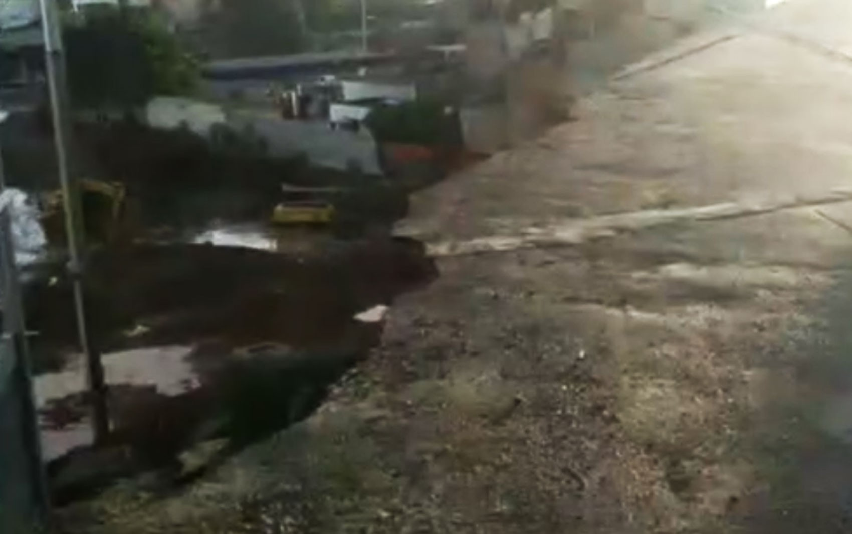 Asfalto cede e três postes caem após deslizamento de terra no bairro do IAPI, em Salvador