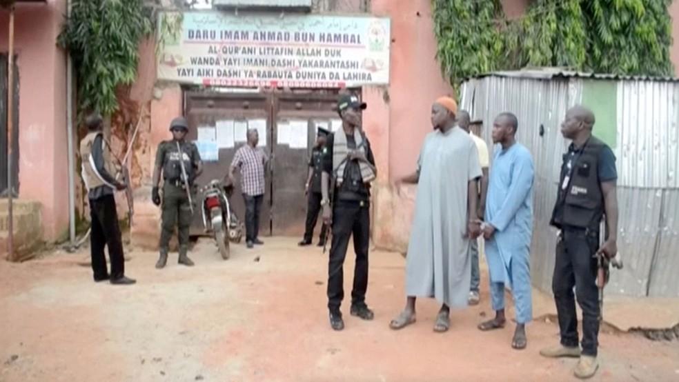 Policiais acompanham professores islâmicos detidos na cidade de Kaduna, na Nigéria, na quinta-feira (26)  — Foto: Television Continental/Reuters TV